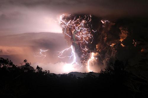 Прикрепленное изображение: volcano_lightning1.jpg